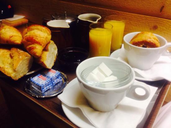 Hôtel Les Côtes, Résidence Loisirs et Chalets: Breakfast in the room pre ski