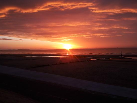 Денбишир, UK: Kitesurfing at Rhyl's stunning Sunset