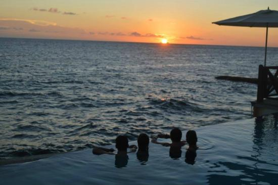 Scuba Lodge & Ocean Suites: Infinity Pool Overlooking the Ocean