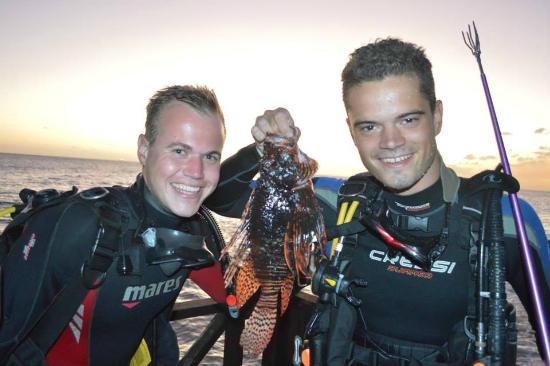 Scuba Lodge & Ocean Suites: Jordy and Daan catching Lion Fish