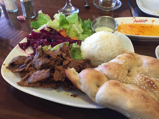Aspendos Grill & Bar: Doner kebab with pilaf and salad.