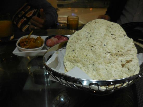 Indira Indian Restaurant: Pappadom with relish