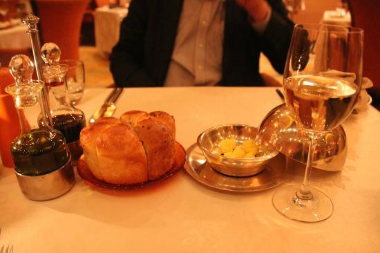 Maestro Italian Restaurant : Bread, vinegar and oil with Egyptian wine