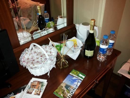 Emine Sultan Hotel & Suites : Comlimentary fruit basket and mineral water
