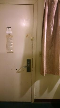 Knights Inn & Suites Yuma : Missing deadbolt hook on doorjam.  Door could only be locked with maid lock.