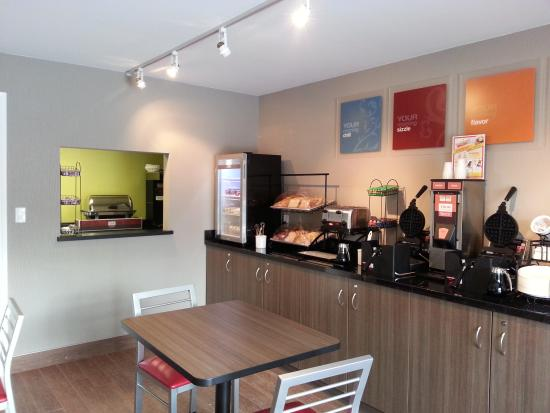 Comfort Inn Simcoe : Enjoy free breakfast in the new breakfast room