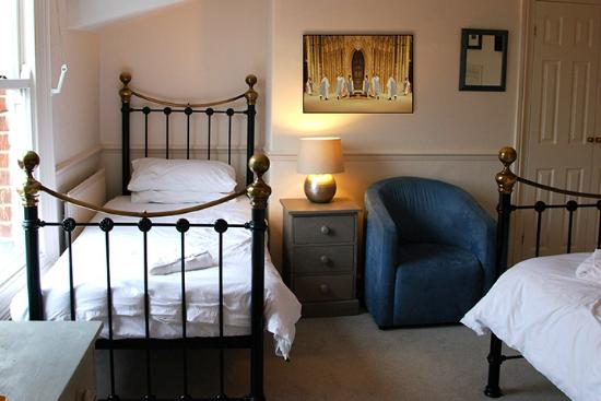 Newport Guest House: Bedroom with double and single beds.