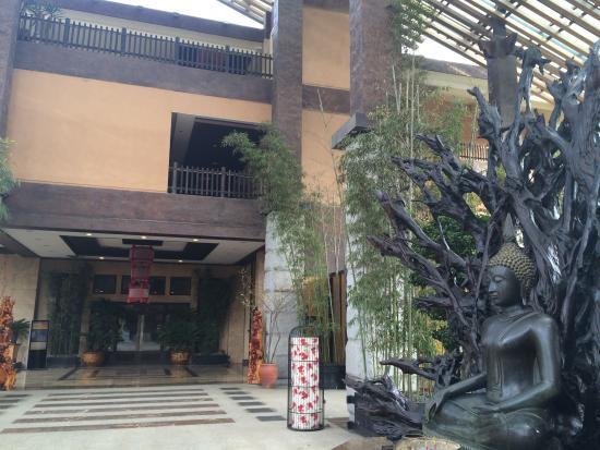 Tianci Huatang Forest Spring Hotel: エントランスの仏像