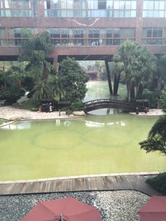 Tianci Huatang Forest Spring Hotel: エントランスから見る露天風呂