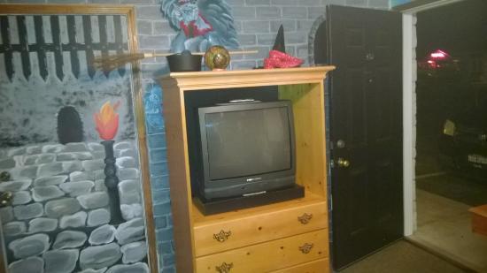 Simmer Motel: TV Wall