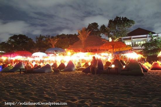 The Jayakarta Bali Beach Resort: suasana malam hari dipinggir pantai dibelakang hotel