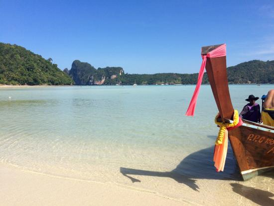 Phi Phi Beach Front: Longtail in the beautiful water!