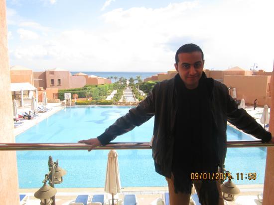 Cancun Sokhna Beach Resort Managed by Accorhotels: امام البحر وحمام السباحة