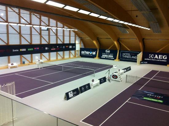 Threeland Hotel: Super moderne Tennishalle zum Mieten einer Tennisstunde  zu Verfügung