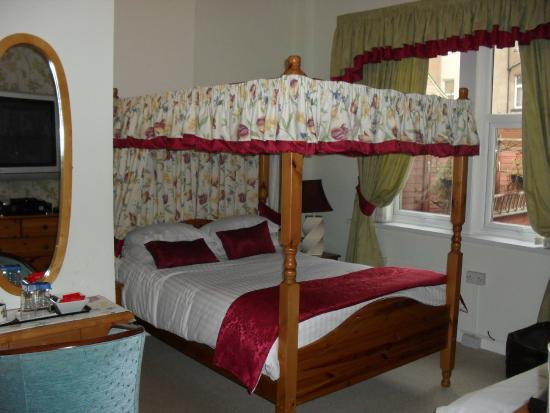 Roker View Guest House: room one four poster