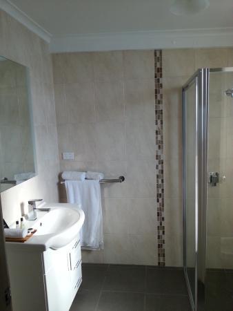 Avondel Motor Inn: Renovated bathroom (Jan 2015)