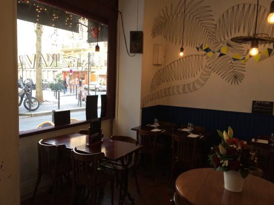 La salle du resto picture of chez kavi paris tripadvisor for Resto lasalle