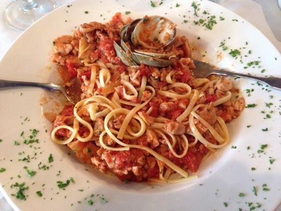 Luna Bella Ristorante: Lingini with clams in marinara - excellent!