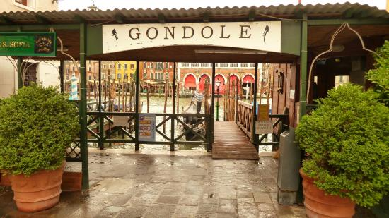 Ca' Barba B&B: The gondola stop opposite Rialto Mercato