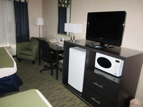 Holiday Inn Express Hotel & Suites Dubois: Microwave, refrig, desk, lesiure chair in every room.