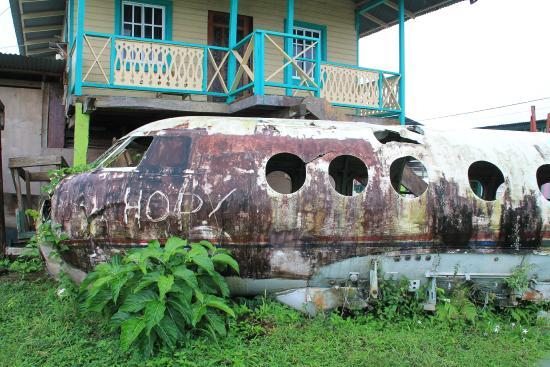 Gran Hotel Bahia : Devant l'aéroport international de Bocas del Toro