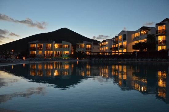 Fuerteventura Princess: Esencia - abendlicher Blick über den Pool Richtung Wohnanlage