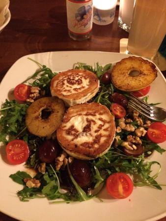 Bohne und Malz am Stachus: Salat mit gratiniertem Ziegenkäse, Trauben und Walnüssen
