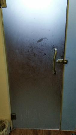 Lanta Klong Nin Beach Resort: Dirty bathroom door