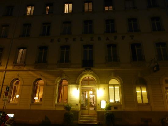 Krafft Basel: Парадный вход ночью