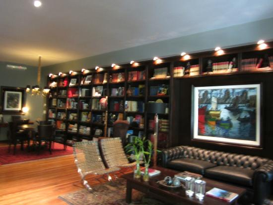 Legado Mitico: The library and comfortable seating area