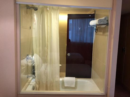 Grandview Hotel : view of the bathroom from the room