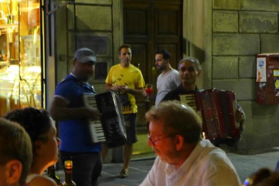 Ristorante Ricchi: street musicians wandering the area