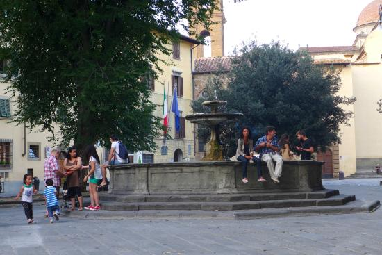 Ristorante Ricchi: the square's fountain attracts a diverse crowd