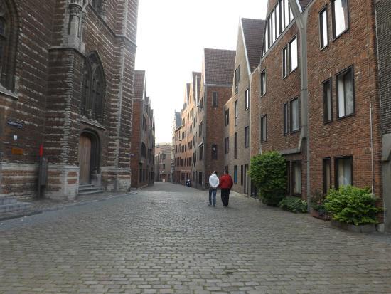 Museum Vleeshuis : Мясницкий дом - слева
