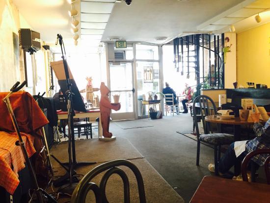 Mc Cafferty's A Coffee House : 店内。こじんまり。