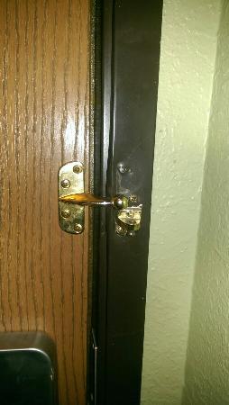 Super 8 Red Wing: Broken security lock