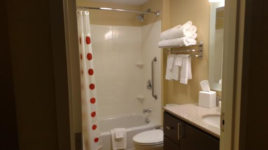 TownePlace Suites Gilford: immaculate, updated, fully equipped bathroom