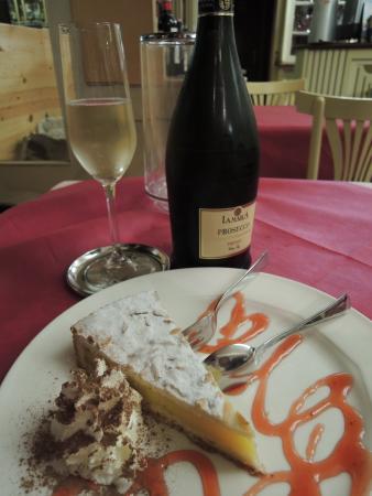Red & White Wine Bar : lemon cake