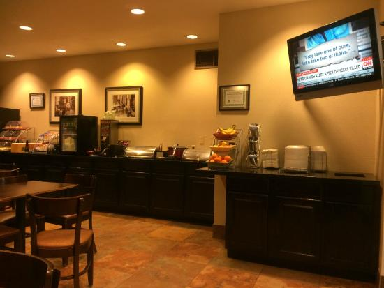 Hawthorn Suites by Wyndham Addison Galleria: Breakfast area