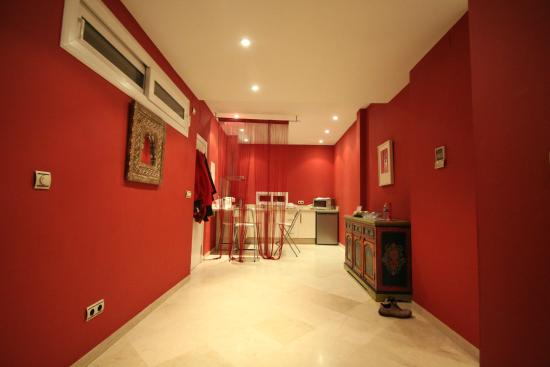 Life Apartments Giralda Suites: Hallway, Kitchen