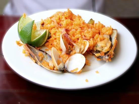 Pacharan : Paella aux fruits de mer.