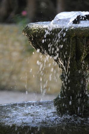 Logis Domaine de Roquerousse : Le clapotis de l'eau au Domaine