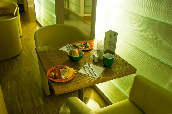 Hotel 38 : Завтрак в холле