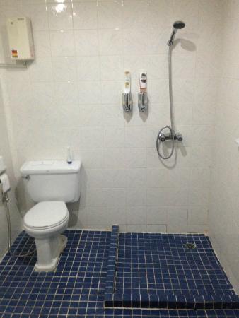 Pen Villa Hotel: Bathroom, hospital-like