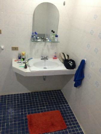 Pen Villa Hotel: Poorly furnished bathroom