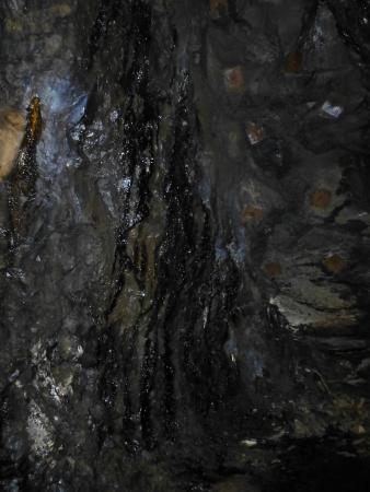 Mina de Petroli Riutort: Petróleo escurriendo por las paredes