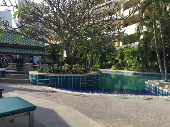 Baan Karonburi Resort: Территория у бассейна.