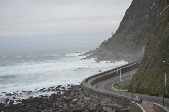 Hotel Itxas Gain Getaria: Angry waves on the West shore