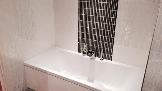The Spires Serviced Apartments: Main bathroom