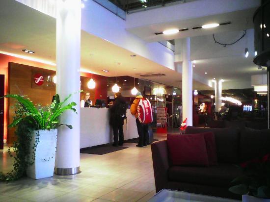 Original Sokos Hotel Alexandra: в холле гостиницы с видом на рецепшен